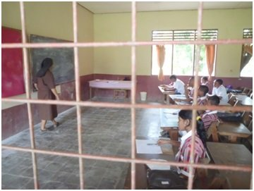 Sister Mailyn teaching English in the Elementary School.